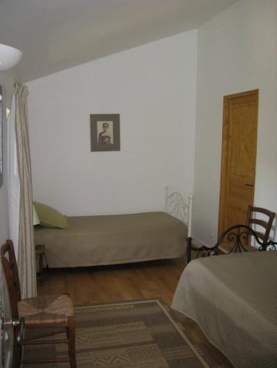Location de vacances - Chambre d'hôtes à Saint-Geniès-de-Comolas - Suite Juliette 2ème chambre et lits simples