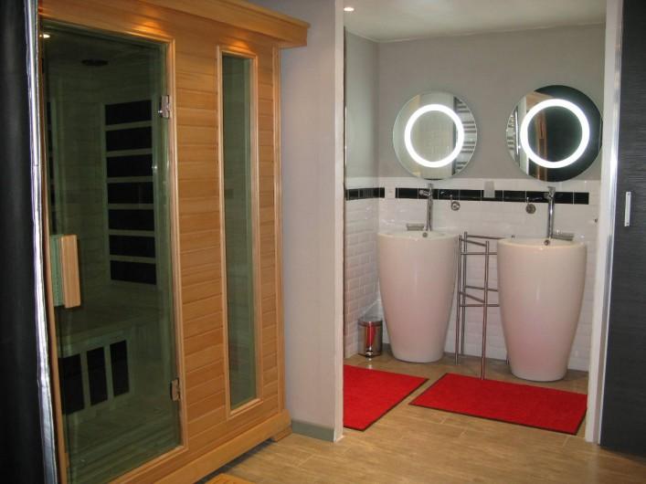 Location de vacances - Chambre d'hôtes à Saint-Geniès-de-Comolas - Sauna et salle de bain Loft Florent