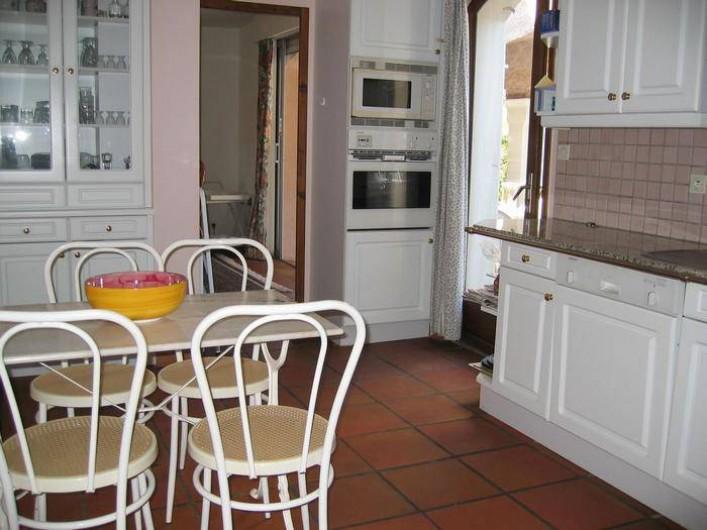 Location de vacances - Villa à Saint-Aygulf - Cuisine donnant sur terrasse et piscine