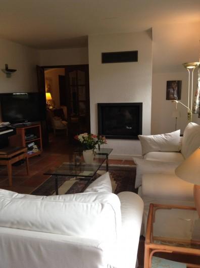 Location de vacances - Villa à Saint-Aygulf - Salon avec cheminée