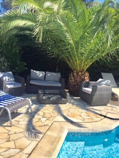 Location de vacances - Villa à Saint-Aygulf - Salon d'été - margelle de la piscine