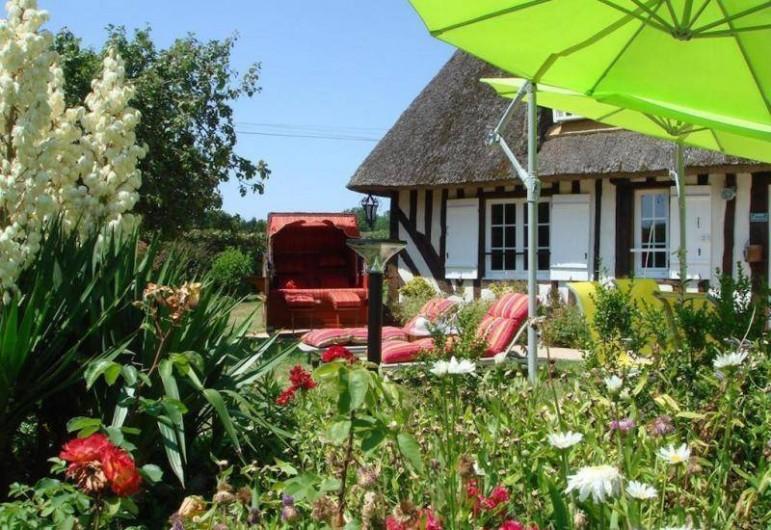 Location de vacances - Gîte à Saint-Pierre-Azif - Chaumière - Façade Sud avec le cocon
