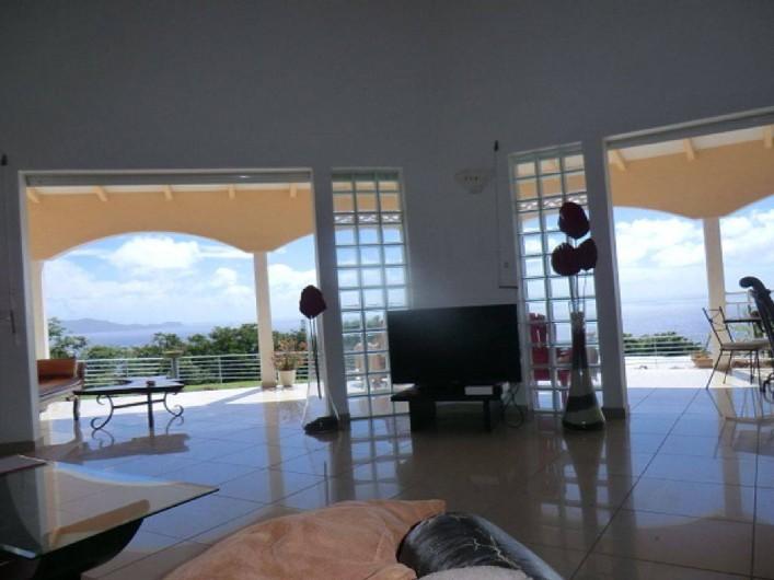 Location de vacances - Villa à Vieux Fort - Vue de l'intérieur et de la terrasse