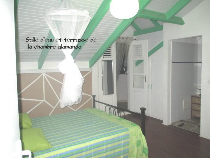 Location de vacances - Villa à Vieux Fort - vue de la salle d'eau et de la terrasse de la chambre Alamanda