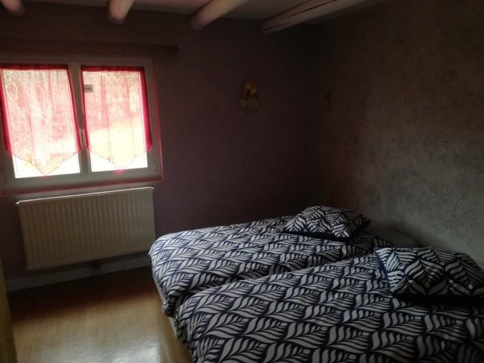 Location de vacances - Maison - Villa à Gerbépal - chambre avec grande armoire lit parapluie couffin en osier et jeux pour enfants