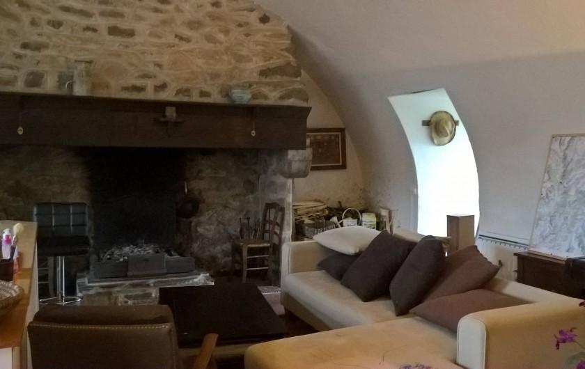 Location de vacances - Gîte à Thiézac - Pièce de vie au rez-de-chaussée : coin salon et grande cheminée (cantou)