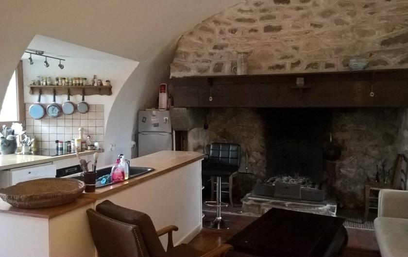 Location de vacances - Gîte à Thiézac - Pièce de vie au rez-de-chaussée : cuisine américaine