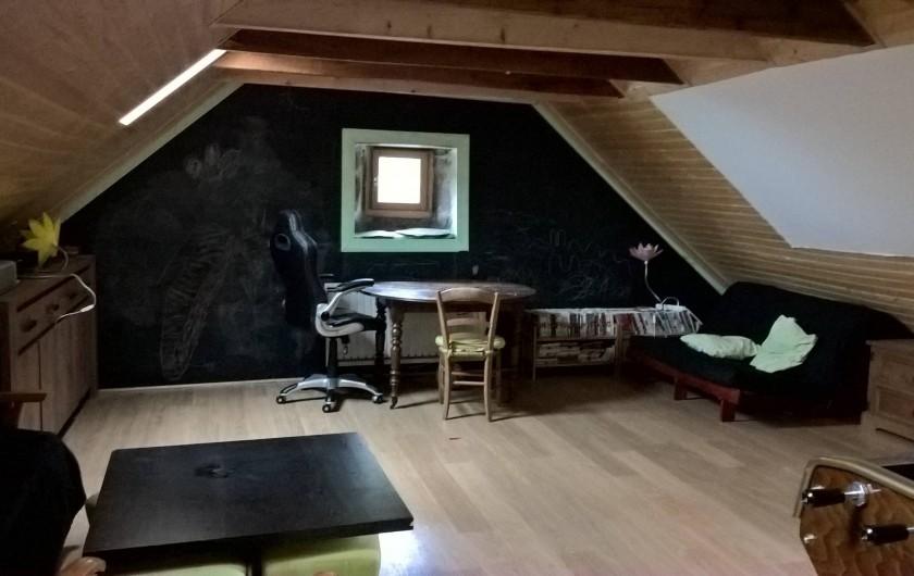 """Location de vacances - Gîte à Thiézac - Chambre """"Montagne"""" avec grand écran et canapés lits"""
