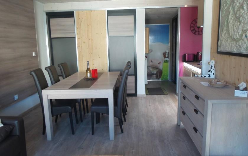 Location de vacances - Appartement à Tignes - Espace salle à manger avec notre amie la Vache à l'entrée.