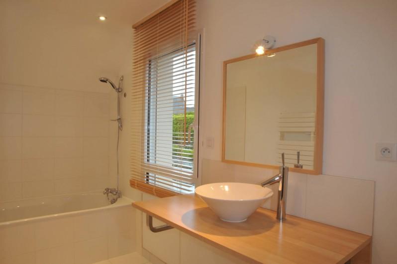 Location de vacances - Villa à Roscoff - Salle de bain à l'étage
