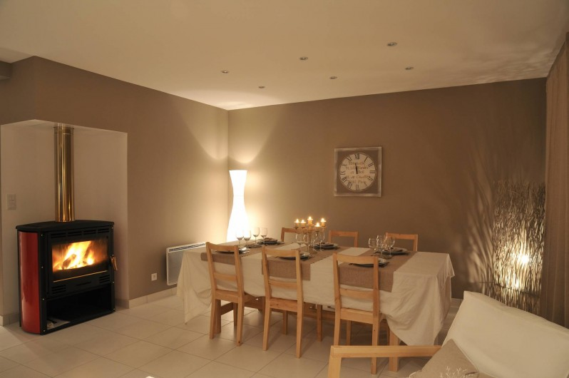 Location de vacances - Villa à Roscoff - salle à manger avec poêle
