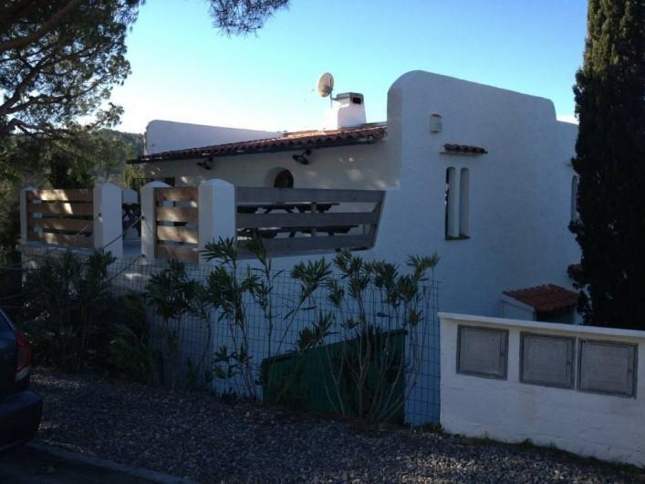Location de vacances - Villa à L'Escala - Vue maison côté grande terrasse
