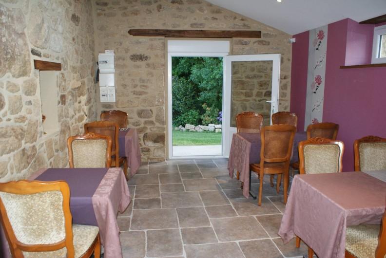 """Location de vacances - Chambre d'hôtes à Melrand - Salle petit-déjeuner """"Orchidée"""""""