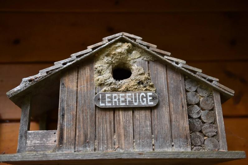 Location de vacances - Chambre d'hôtes à Melrand - Un des abris à oiseaux dans le petit parc