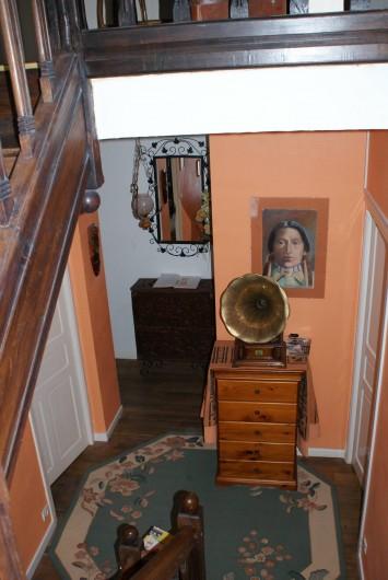 Location de vacances - Chambre d'hôtes à Melrand - Accès aux chambres  - Escalier unique sculpté en châtaigner massif