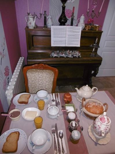 """Location de vacances - Chambre d'hôtes à Melrand - Petit-déjeuner maison - Salle """"Orchidée"""""""
