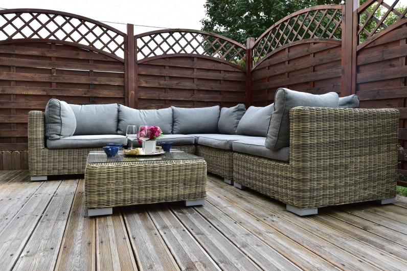 Location de vacances - Chambre d'hôtes à Melrand - Terrasse et canapé de jardin 6 à 8 personnes