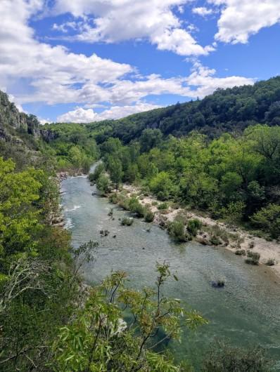 Location de vacances - Maison - Villa à Salavas - la rivière  Beaume depuis les jardins suspendus de Labeaume