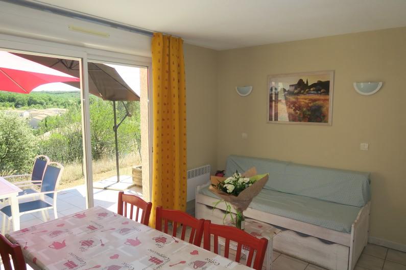Location de vacances - Maison - Villa à Salavas - terrasse et pièce à vivre côté soleil