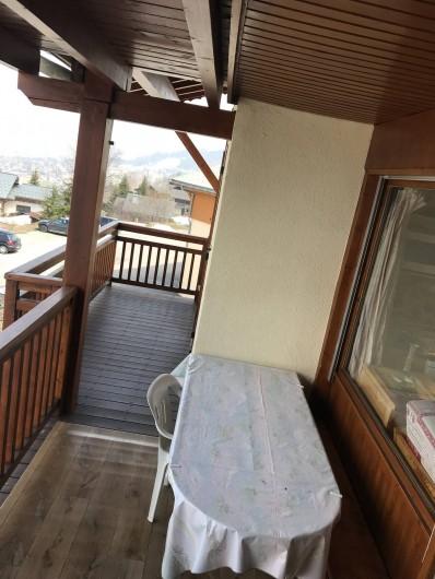 Location de vacances - Appartement à Crest-Voland - Un grand balcon abrité pour profiter été comme hiver de la vue