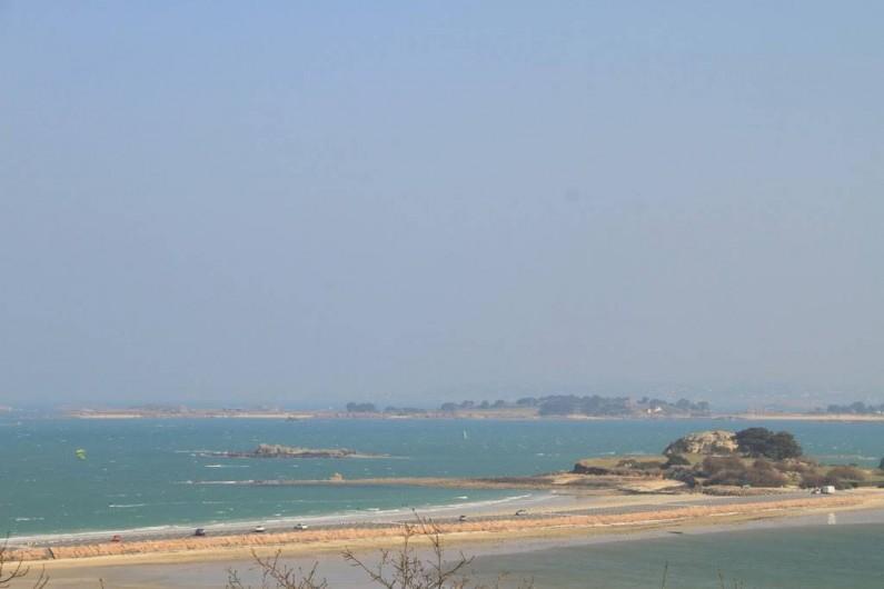 Location de vacances - Gîte à Saint-Pol-de-Léon - La jetée de l'îlot Ste Anne avec les plages  à  200m de la maison