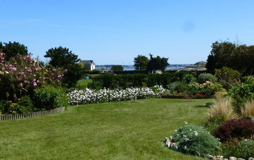Location de vacances - Gîte à Saint-Pol-de-Léon - le jardin avec la vue sur mer