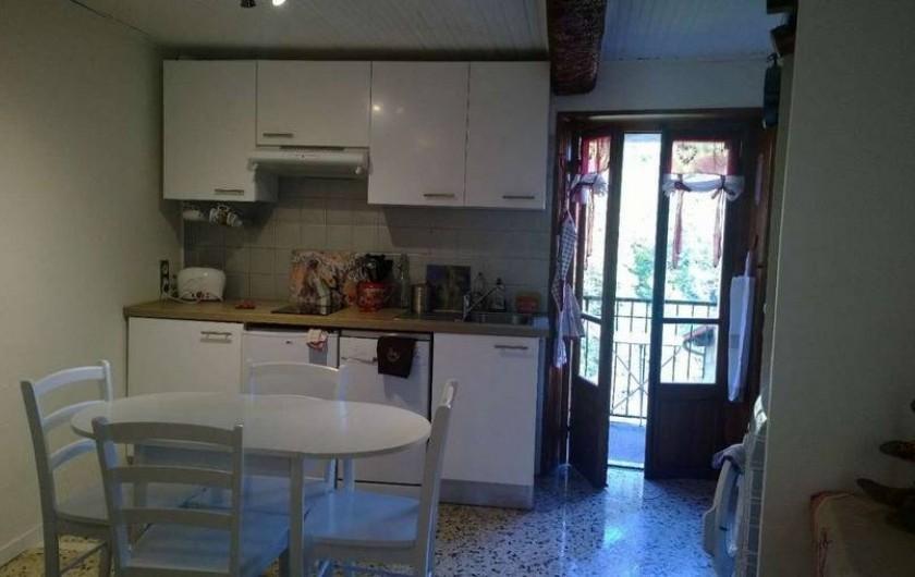 Location de vacances - Appartement à Saint-Martin-Vésubie - Salon cuisine au Rdc avec balcon