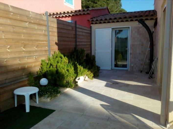 Location de vacances - Villa à Sainte-Maxime - douche extérieure et porte de la chambre annexe donnant sur la terrasse