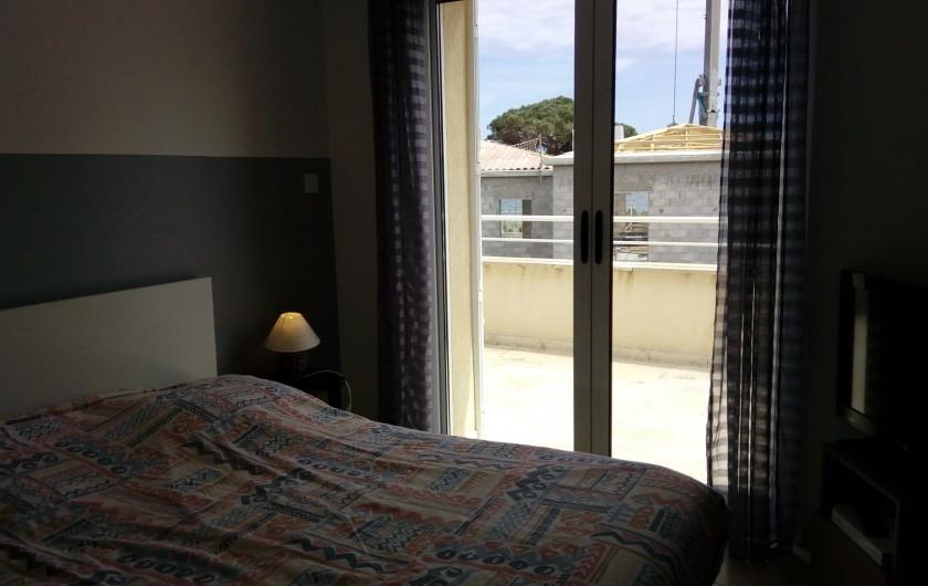 Location de vacances - Villa à Sainte-Maxime - chambre grise avec solarium vue mer