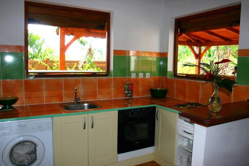 Location de vacances - Villa à Sainte-Anne - cuisine villas F4 à l'américaine comprend  lave linge,  four, micro onde etc.
