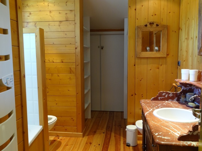 Location de vacances - Appartement à Saint-Lary-Soulan - salle de bain avec wc  attenante chambre parentale et dressing