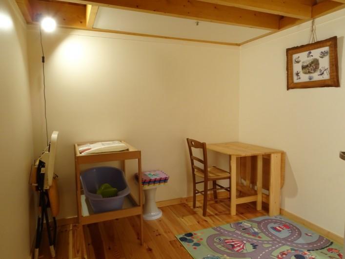 Location de vacances - Appartement à Saint-Lary-Soulan - salle de jeux avec coin bébé