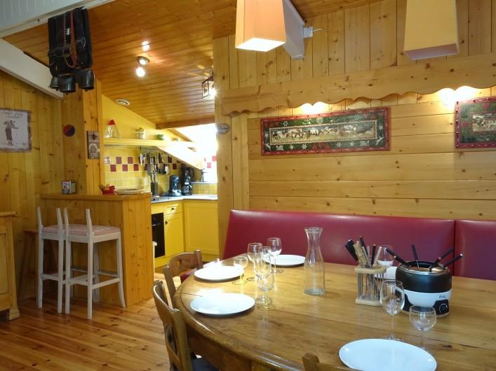 Location de vacances - Appartement à Saint-Lary-Soulan - salle à manger et vue cuisine