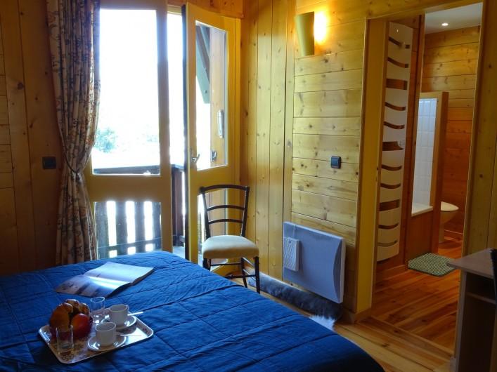 Location de vacances - Appartement à Saint-Lary-Soulan - chambre parentale avec son balcon et accès salle de bain