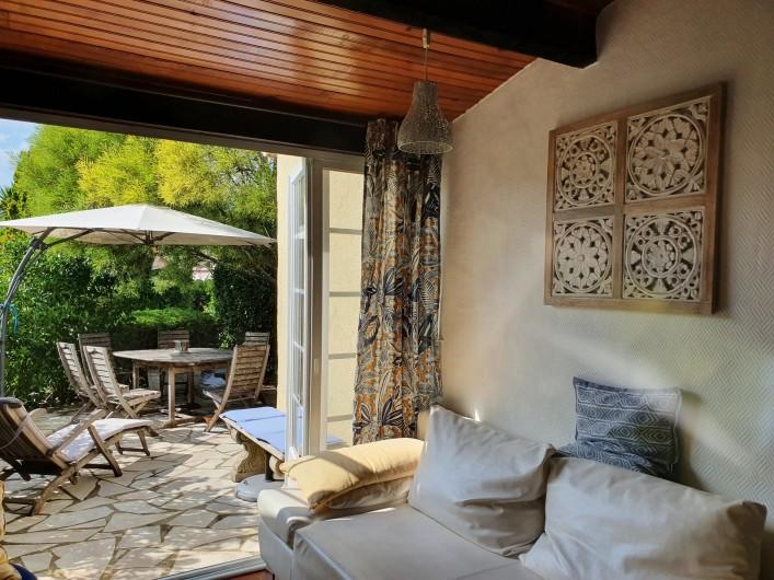 Location de vacances - Mas à Grasse - Le meuble sous la télé est plein de livres !