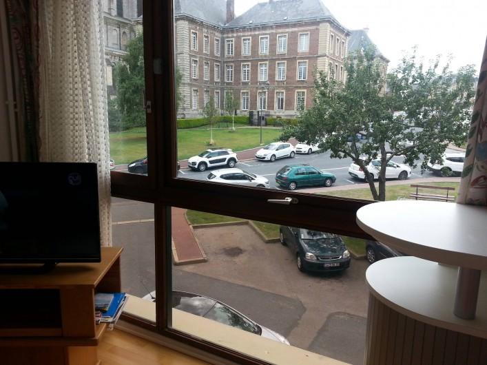 Location de vacances - Studio à Fécamp - Vue du studio sur la place de l'hôtel de ville