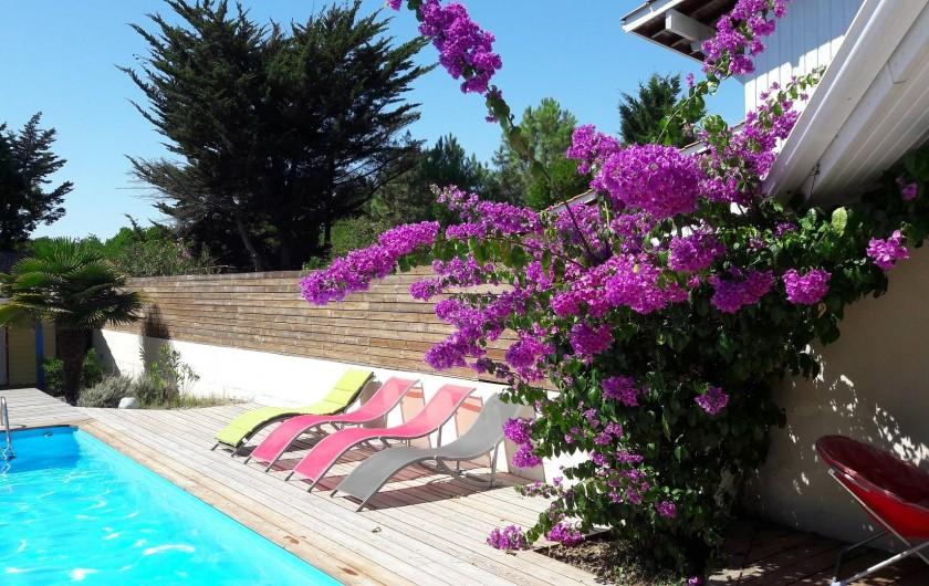 Location de vacances - Villa à Lacanau Océan - Terrasse en bois pour les bains de soleil