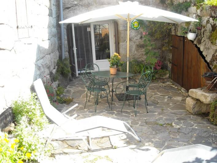 Location de vacances - Gîte à Mas-d'Orcières - La cour clôturée avec salon de jardin,relax,barbecue.