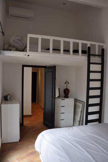 Location de vacances - Appartement à Cogolin - Mezzanine chambre patio