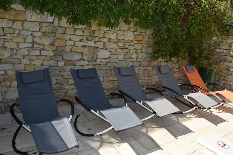 Location de vacances - Mas à Foissac - Quelques fauteuils autour de piscine