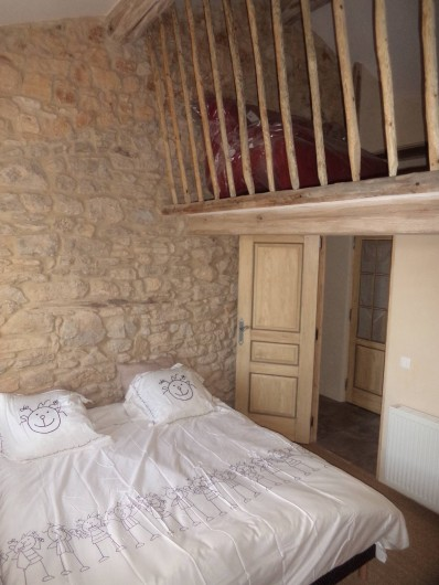 Location de vacances - Mas à Foissac - chambre avec mezzanine avec clic clac et lit cabane pour petit enfant