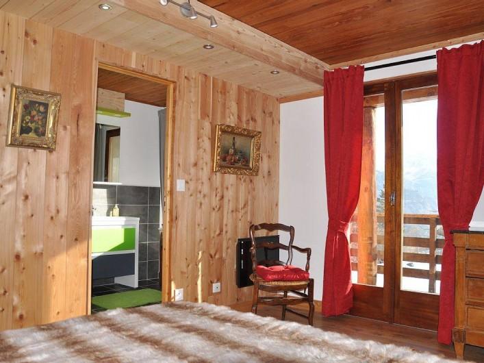 Location de vacances - Chalet à Puy-Saint-Vincent - 1 des 2 chambres au 1er étage,salle de bain wc