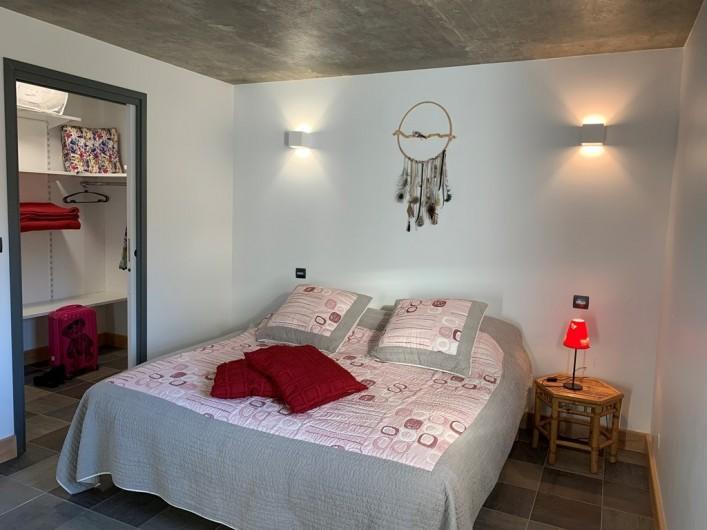 Location de vacances - Appartement à Valsonne - Chambre spacieuse avec 2 lits en 90 et dressing privatif...rien ne traine !
