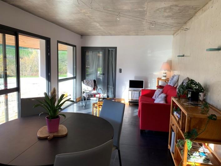 Location de vacances - Appartement à Valsonne - Grand séjour avec coin salon qui donne directement sur la terrasse