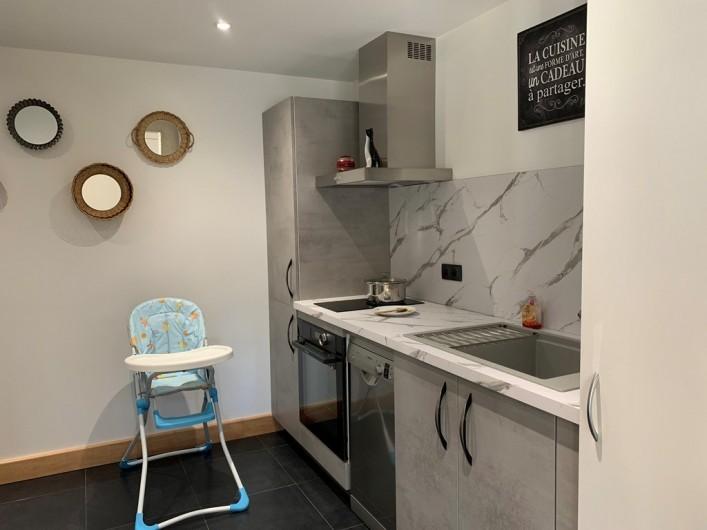 Location de vacances - Appartement à Valsonne - Cuisine avec chaise haute à disposition