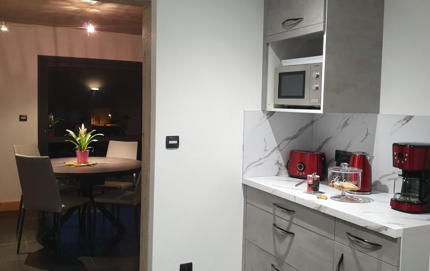 Location de vacances - Appartement à Valsonne - Cuisine avec vaisselle et fonds d'épicerie