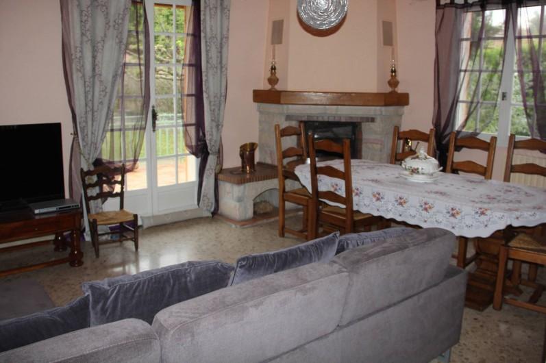 Location de vacances - Villa à Mazan - Salle à manger donnant sur la terrasse et le jardin.