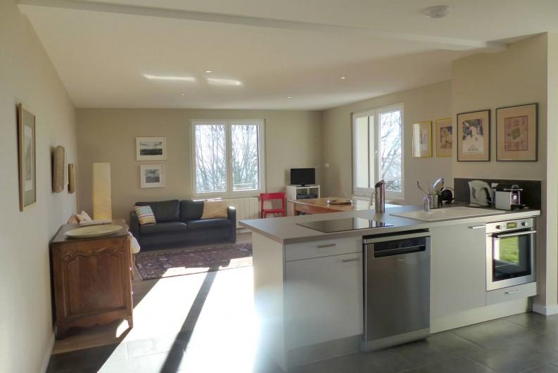 Location de vacances - Appartement à Fontain - Cuisine ouverte sur le séjour : vaisselle porcelaine, cafetière Nespresso