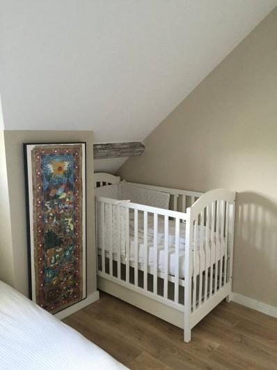 Location de vacances - Appartement à Fontain - Lit bébé en bois, matelas tout confort,