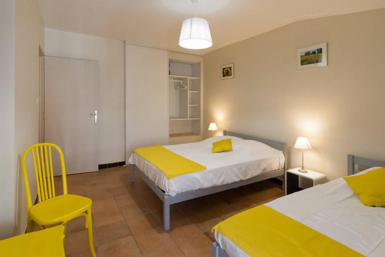 """Location de vacances - Gîte à Beaumes-de-Venise - Chambre """"tournesols"""""""